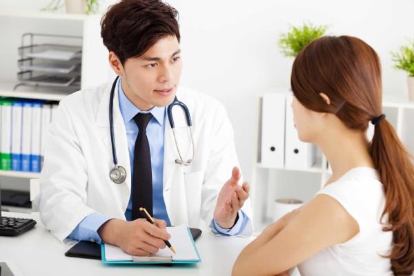 Bác sĩ tư vấn bệnh nhân bị viêm lộ tuyến