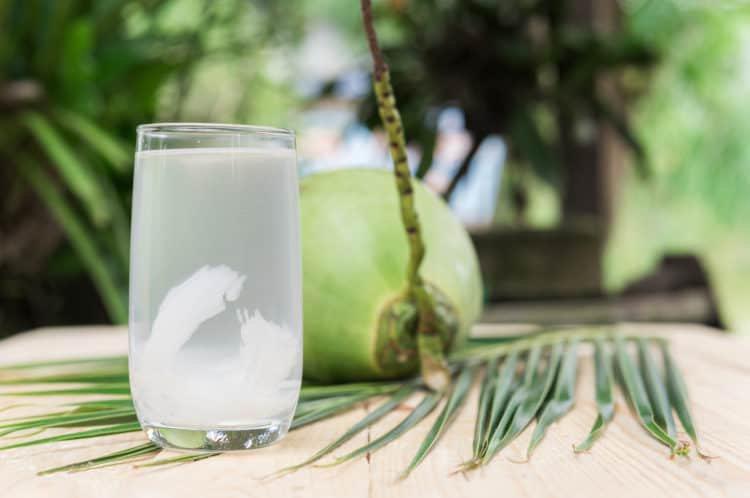 Uống nước dừa có giúp giảm đau bụng kinh hay không? 1